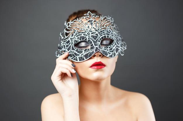 Foto de moda de hermosa chica sexy en máscara