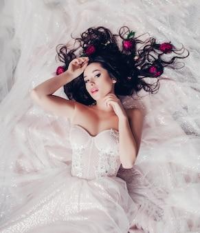 Foto de moda de la hermosa novia con cabello oscuro.