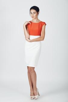 Foto de moda de joven magnífica en un blanco