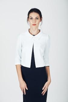 Foto de moda de joven magnífica en un negro