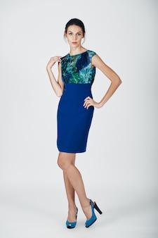 Foto de moda de joven magnífica con un vestido azul
