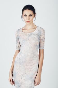 Foto de moda de joven magnífica con un vestido brillante