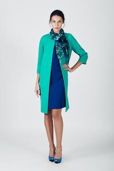 Foto de moda de joven magnífica con un vestido turquesa