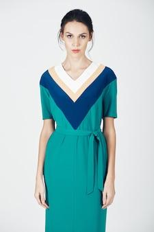 Foto de moda de joven magnífica con un vestido verde