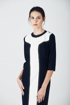 Foto de moda de mujer joven magnífica en un vestido negro. niña