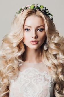 Foto de moda de novia joven con pelo largo y rizado