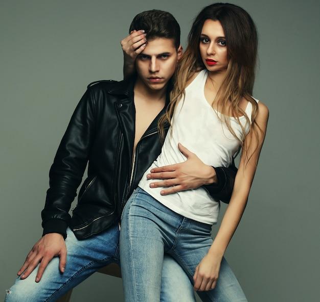 Foto de moda de pareja apasionada sexy vistiendo jeans