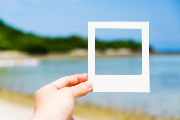 Foto de montaña y mar en marco