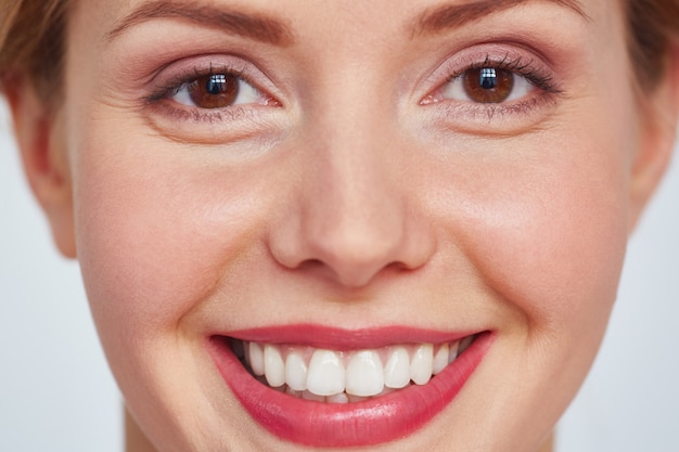 Foto de mujer bonita sonriente