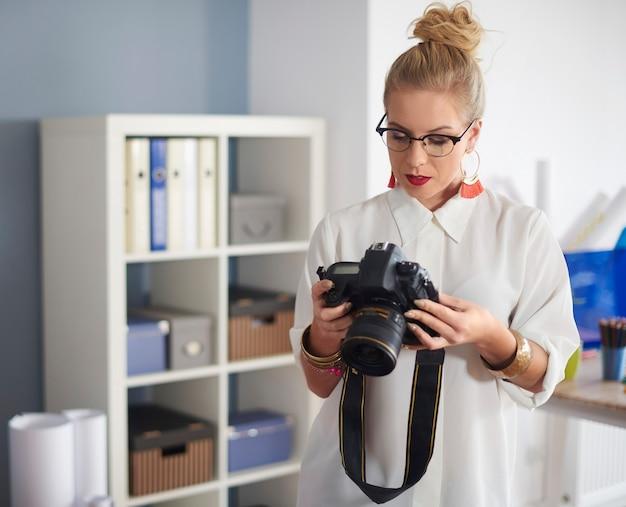 Foto de mujer de enfoque preparándose para el trabajo