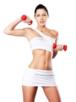 Foto de una mujer joven de entrenamiento saludable con pesas.