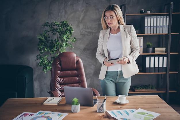 Foto de mujer de negocios enfocada mantenga tablet