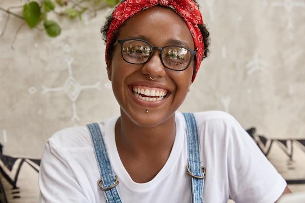 Foto de mujer negra tiene expresión satisfecha