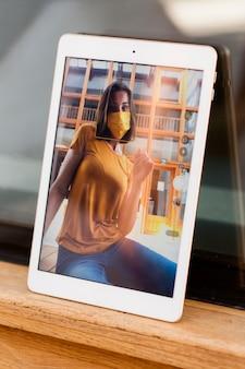 Foto de mujer tomando con tableta