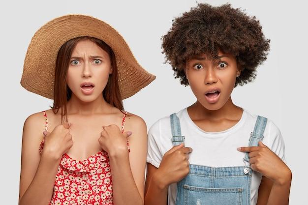 Foto de mujeres multiétnicas indignadas y descontentas que se señalan a sí mismas