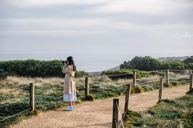 Foto de niña disparar en pasarela y campo