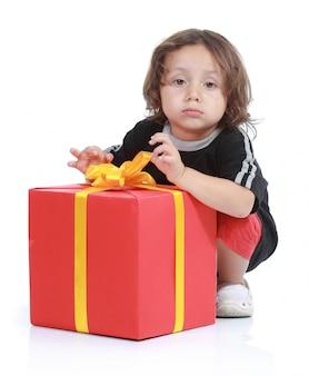 Foto de niño con gran caja de regalo aislado sobre fondo blanco