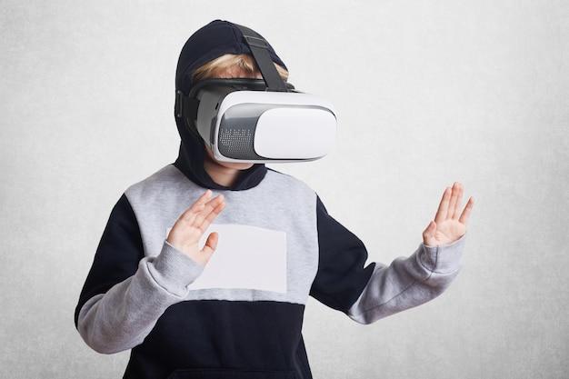 La foto de un niño pequeño usa gafas de realidad virtual