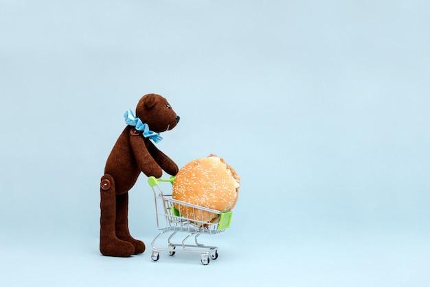 Foto oso con hamburguesa