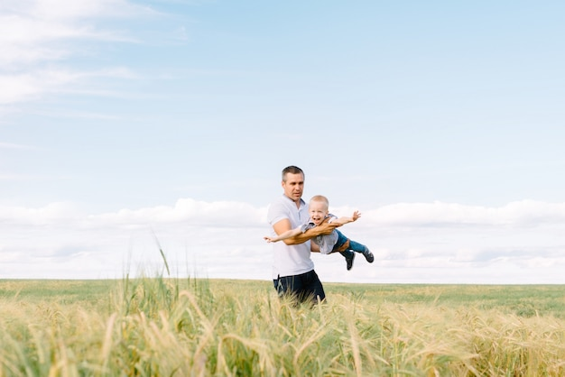 La foto del padre e hijo del jugador en el verano en el campo.