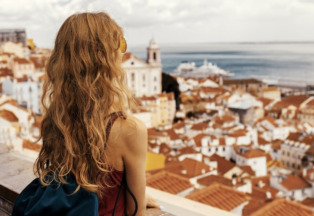 Una foto de paisaje de una joven viajera