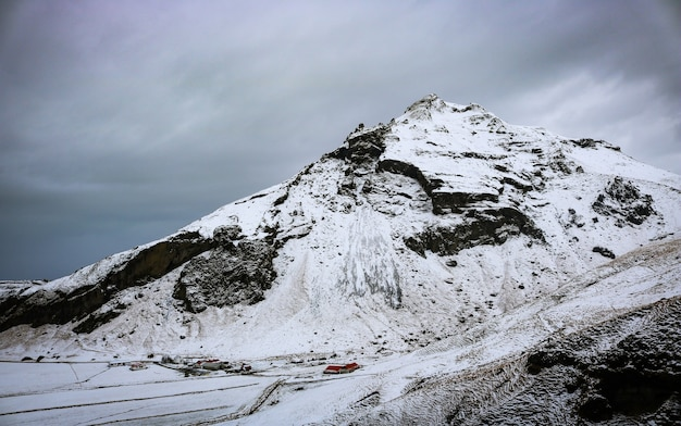 Foto de paisaje de volcán de montaña nevada en islandia