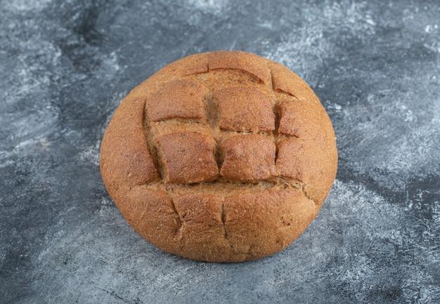 Foto de pan de centeno recién horneado. foto de alta calidad