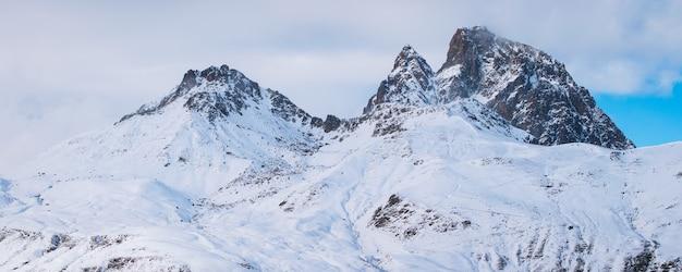Foto panorámica de hermosas montañas rocosas cubiertas de nieve en francia