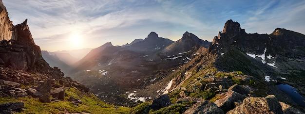 Foto panorámica del parque natural ergaki, rusia del valle de la montaña de la primavera. fabuloso amanecer y atardecer