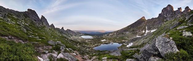 Foto panorámica del parque natural de la montaña de primavera.