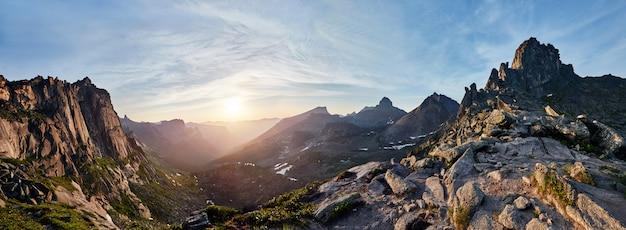 Foto panorámica del valle de montaña de primavera.