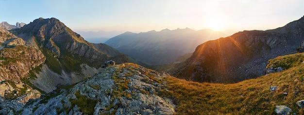 Foto panorámica del valle de montaña de verano arkhyz