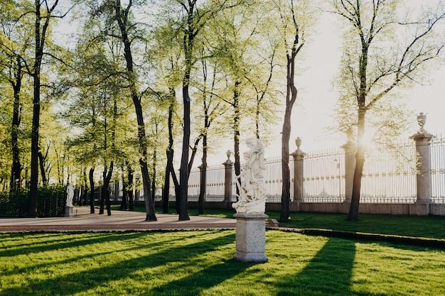 Foto de uno de los parques más antiguos de san petersburgo. parque de verano con sus monumentos y esculturas.