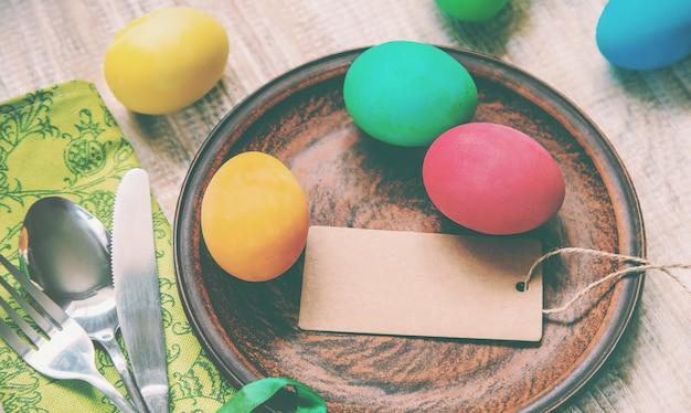 Foto de pascua felices pascuas. huevos de enfoque selectivo.