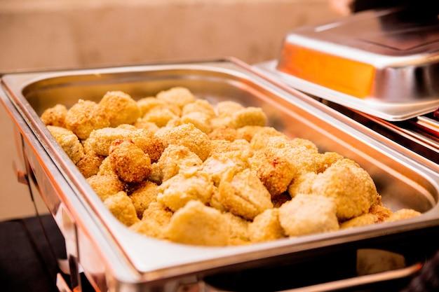 Foto de patatas en ajonjolí en marmite