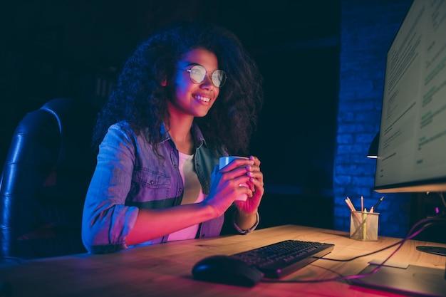 Foto de perfil de dama de negocios mirar monitor trabajar horas extras beber café caliente