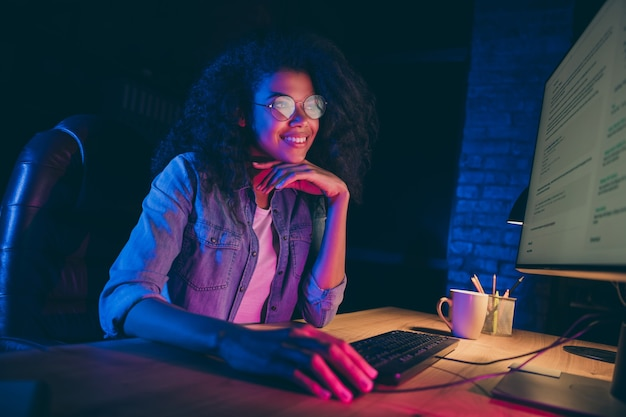 Foto de perfil de programador dama mirada monitor sonrisa