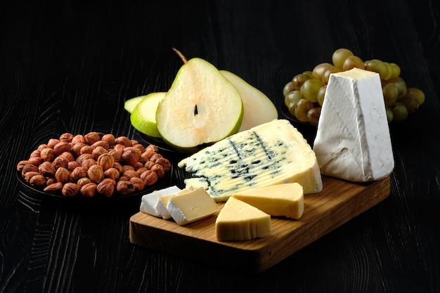 Foto de bajo perfil de surtido de queso y merienda para vino