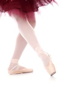 Foto de los pies de la hermosa bailarina durante el baile de ballet