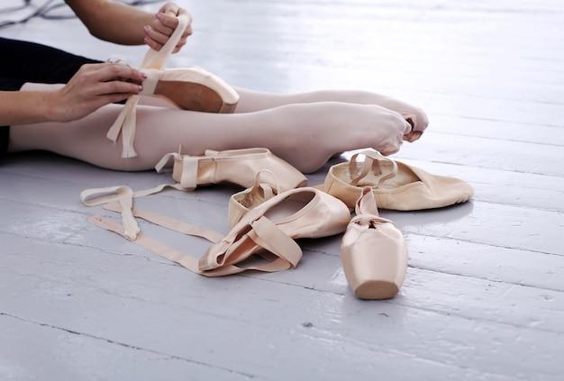 Foto de los pies de la hermosa bailarina durante la preparación
