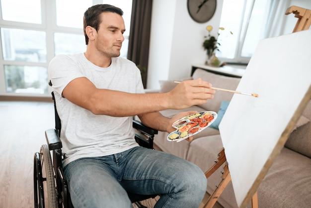 Foto de pintura guapo joven discapacitado.