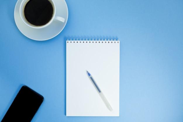 Foto plana y creativa de la mesa de trabajo.
