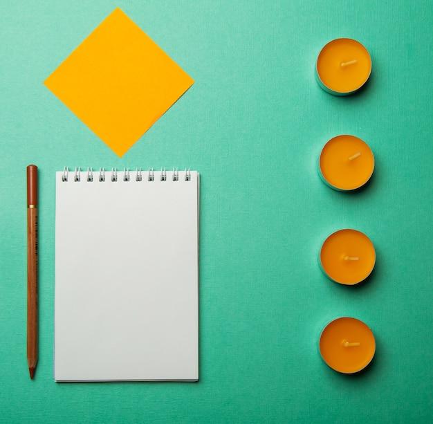 Foto plana endecha composición abstracta vista superior cuaderno abierto y papel liso