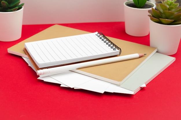 Foto plana del escritorio de oficina con notebook y vista superior de suministros
