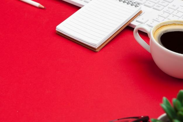 Foto plana de escritorio de oficina con suministros