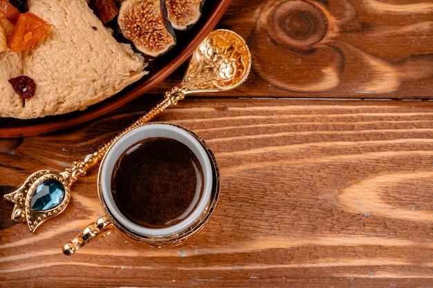 Foto de postres nacionales turcos de cerca con una taza de café
