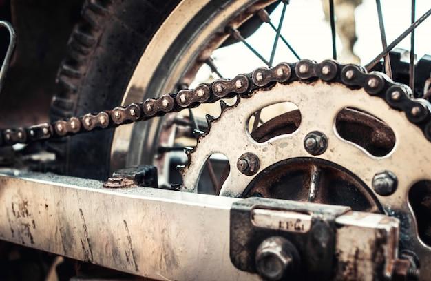 Foto del primer de la bici vieja del motor al aire libre