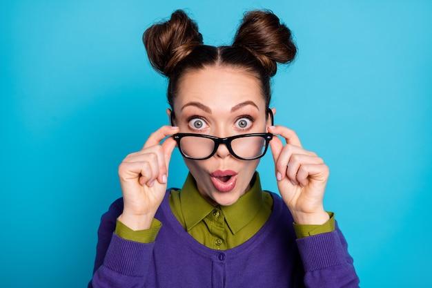 Foto en primer plano de la atractiva dama sorprendida dos bollos divertidos loco buen humor asombrado vista perfecta sin especificaciones usar camisa cuello suéter violeta aislado fondo de color azul