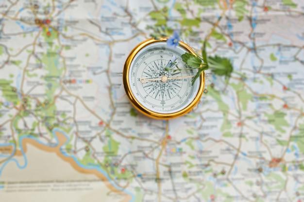 Foto de primer plano de brújula en el mapa.