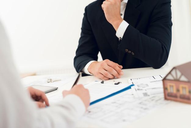Foto de primer plano del contrato y borrador.